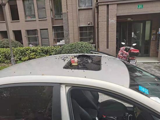 图说:被高空抛物砸损的车辆。(松江公安供图)