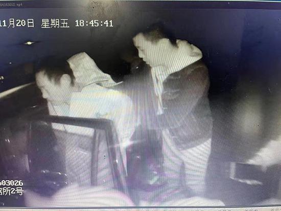 警方在渔船上将其抓获。图片来源:上海警方