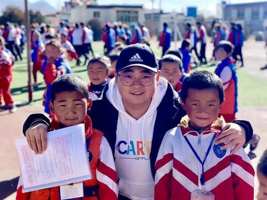 王德伟和西藏自治区日喀则市上海实验学校的孩子们在一起