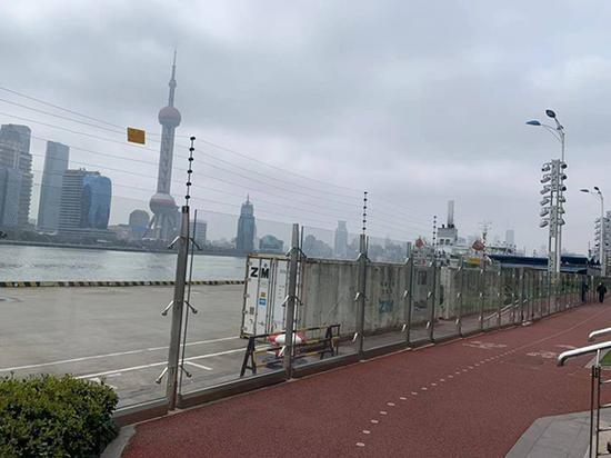 码头区域与健身步道之间隔着一堵长长的玻璃墙