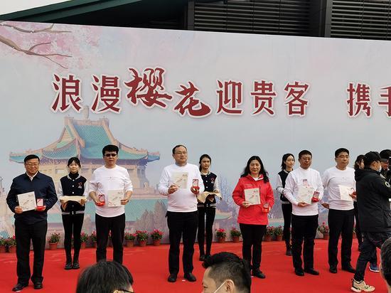 """武汉大学为每个援鄂医疗队员颁发一枚""""武汉大学致敬抗疫英雄""""徽章。"""