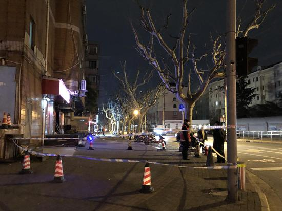 3月23日晚,天申综合大楼外拉起警戒线。本文图片均由邹佳雯 摄