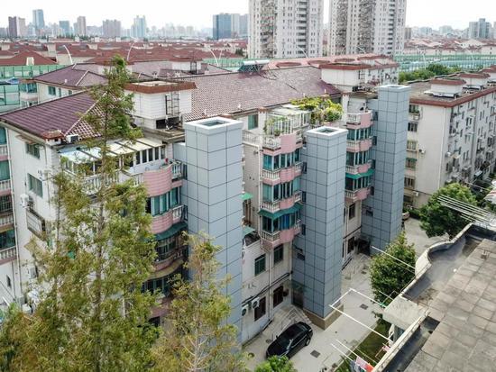 位于汶水东路的东方公寓是虹口区首批加装电梯的老公房。陈梦泽 摄