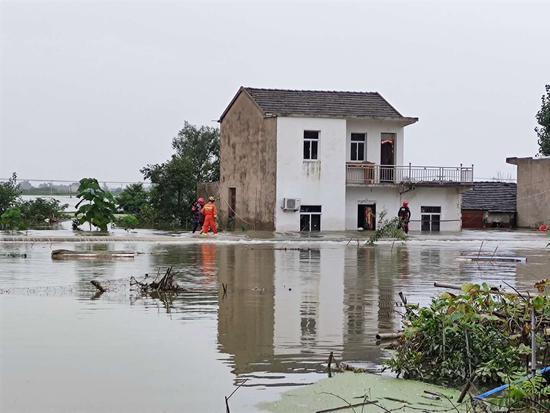鹤毛镇地势较高的房屋,逐渐被洪水围困。 受访者供图