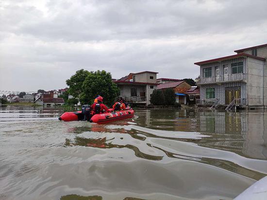 2020年7月21日,消防员在受灾村子搜查受困居民。 受访者供图