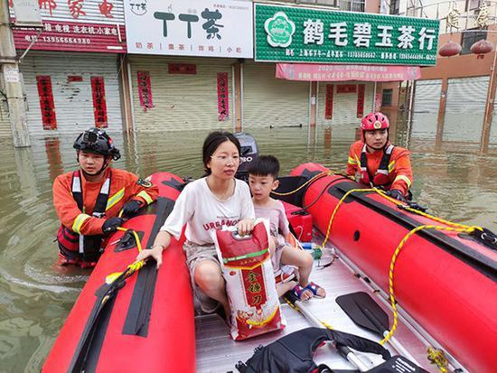 一对母子被疏散出来,小孩唱起儿歌。 受访者供图