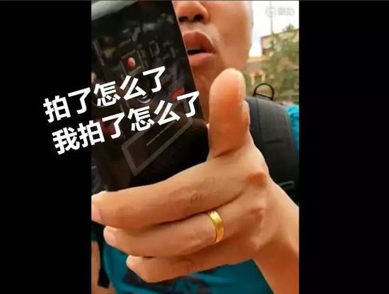 上海迪士尼人偶再被拍头 拍头者:你不让我拉 就打你