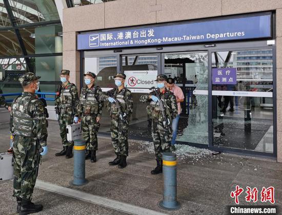 哨兵身后是被撞碎的安检门。 史家源 摄