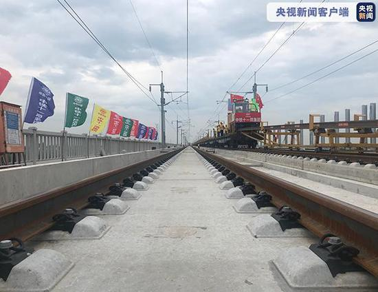 江苏盐通高铁完成全线铺轨 156.6公里的超长无缝铁路