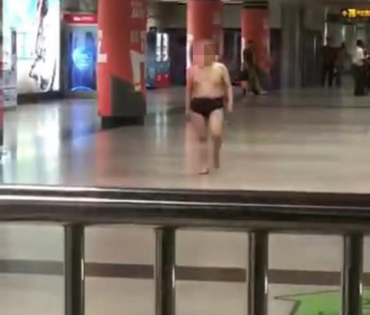 男子僅穿一條內褲大鬧人民廣場地鐵站 民警將其控制