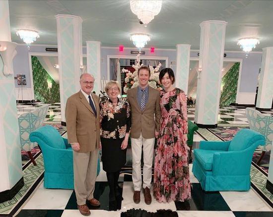 马蕴雯与男友、男友父母合影