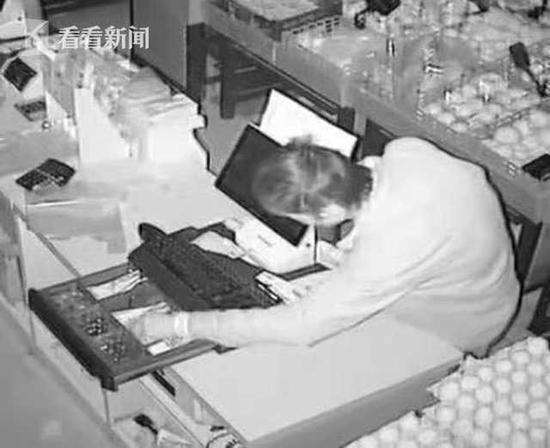 男子白天学收银晚上进超市偷现金 小聪明反成破案关键