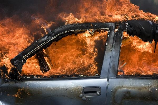 浦东一幼儿园门口突发车辆自燃 现场浓烟滚滚