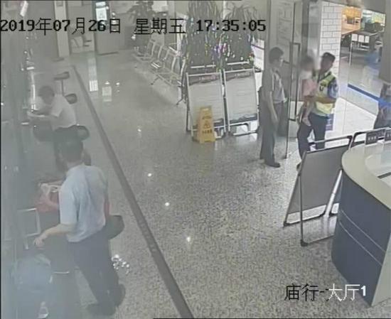 图说:民警将孩子带回所,帮其准备晚饭。