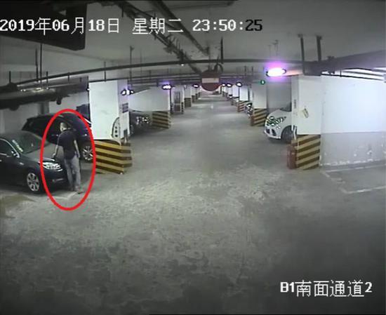 图说:监控视频拍下了犯罪嫌疑人破坏车辆的行为。黄浦公安分局 供图(下同)