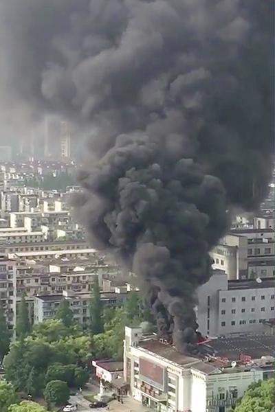 图说:今天下午,嘉定区城中路上一建筑物发生火灾。图片来源 网络