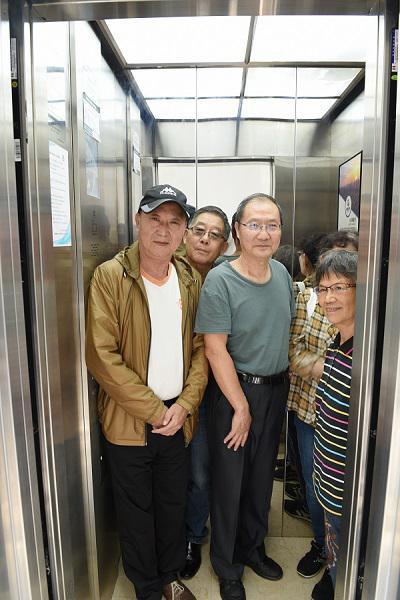 图说:居民们开心地乘上了电梯。宜川路街道供图