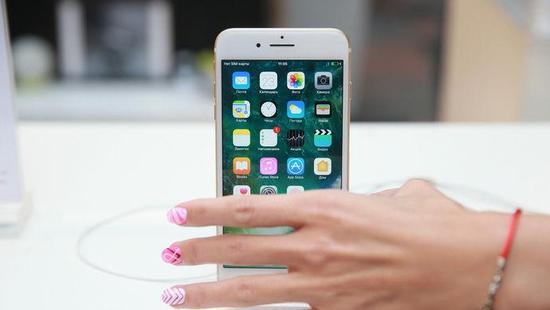 苹果手机将要涨价?有可能,因为它可能会从中国制造变成美国制造。按照候任美国总统特朗普的想法,苹果应该搬回美国生产,以增加美国就业。有消息称,苹果最大的代工厂富士康,已在寻求将生产线迁至美国的可能性。   搬还是不搬,对苹果公司而言,是个涉及全球供应链的复杂问题。成本上升,如何消化?手机涨价之后,消费者是否买账?这对业务不断滑坡的苹果,恐怕是最大的考验。   苹果近半供应商在中国,回迁美国有点难   目前,苹果的iPhone和iPad ,都在中国完成组装,再运往世界各地。   在竞选时就打出贸易