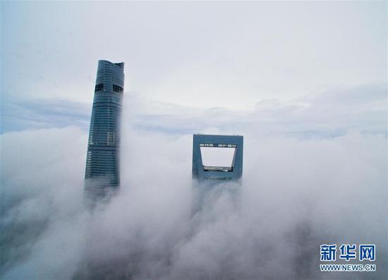 浓雾笼罩下的上海中心大厦 浓雾环绕犹如仙境