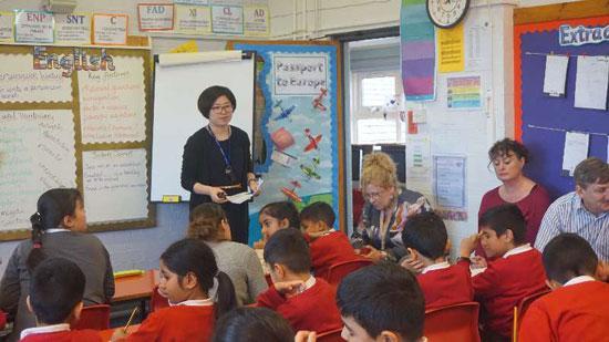 朱广琴在英国小学上公开课。朱广琴/供图