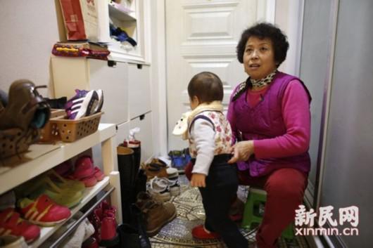 图说:张阿姨一结束春节休假,便来到雇主家照看孩子。新民晚报新民网 萧君玮/摄
