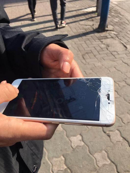 图片说明:天明的手机屏幕贴膜碎得很厉害 是搬车时摔的