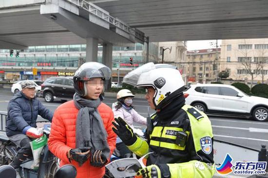 """图片说明:徐汇警方正在针对""""送快递、送快餐""""等非机动车交通违法行为开展集中整治行动。(警方供图)"""