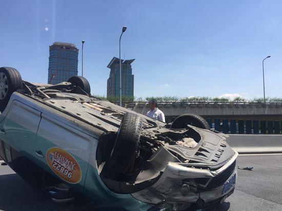 图说:事故发生后,驾驶员自行爬出车外。网友图