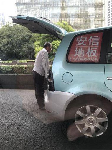 撒完尿后,地上留下一大摊尿渍,还有泡沫,估计已经憋了很久。撒好尿,这位司机一路小跑、身轻如燕、上车开走了。