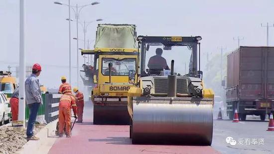 作为上海首条BRT公交快速专用道,浦星公路终于开始了彩色沥青的摊铺工作 。