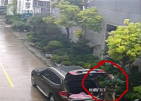 上海一男子开宝马偷盆栽被抓 贪小便宜吃大亏