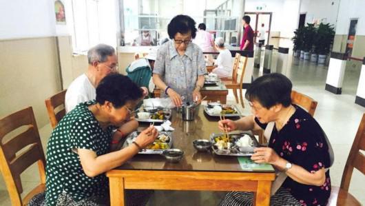 即便在嘉兴住了7年,85岁的程陆飞(化名)有时还必须回上海——求医问药。