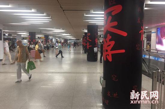 图说:8号线站厅内的广告。