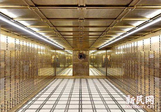 金库地面采用马赛克瓷砖装饰,远端采用镜面设计以减少金库中的压抑感。新民网 图