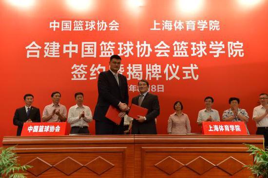 8月8日,中国篮球协会与上海体育学院合建的中国篮球协会篮球学院宣告成立。刘晓晶 摄