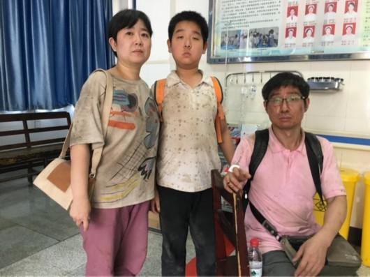来自上海的韩圣彪和妻子、儿子