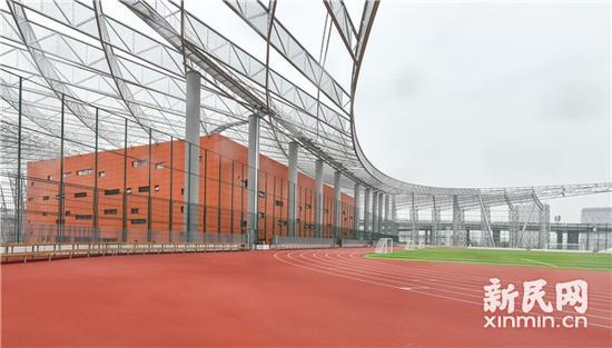 图说:屋顶足球场。来源:新民晚报记者陈梦泽 摄