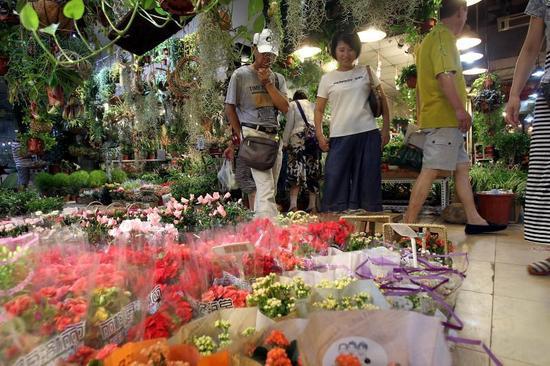 来花市挑选的顾客不少。