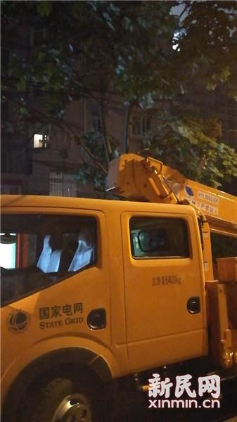 图片说明:电力公司抢修车抵达事发现场