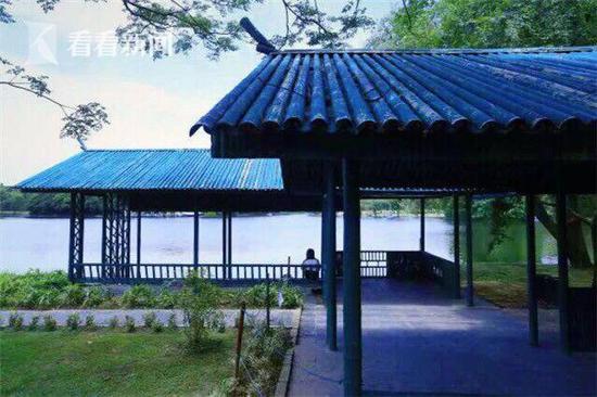 此外,盈湖旁还有一座仿竹风格的亭榭,供游客在此临湖赏景,竹涛声声与湖光水色连绵不绝,是秋日赏景修心好去处。