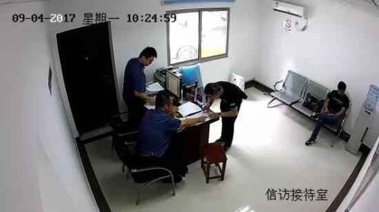 9月4日上午,车牌号为沪GV0330的驾驶员正在做笔录
