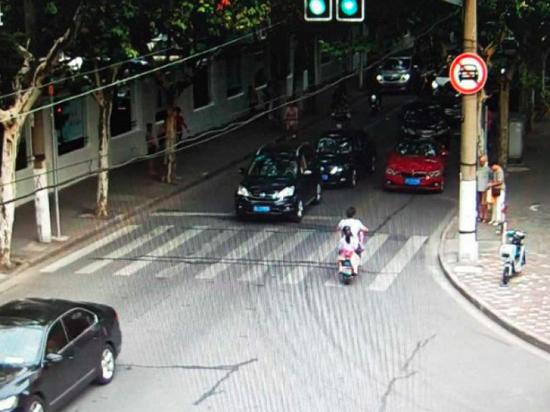 ■图片说明:红色宝马在路口拥堵的情况下强行进入旁边车道大转弯