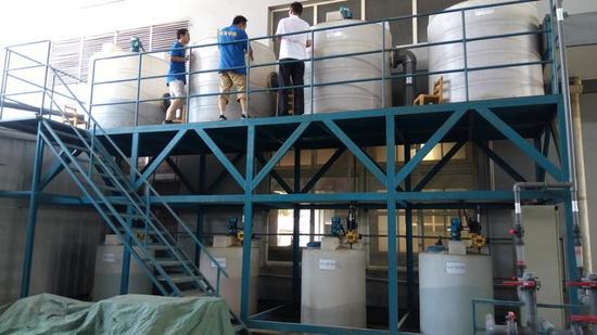 """在环保标准日趋严格的倒逼下,位于青浦区的炬峰涂装公司投入了60多万元,添置了污水处理设施,可以将挥发性有机物、总磷等污染物指标控制在""""红线""""内"""
