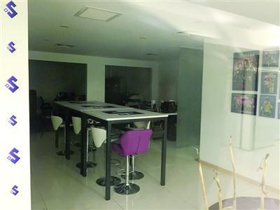 摩缫公司办公地点现在只剩下一些桌椅 /晨报记者 朱晓芳 实习生 陈丹丹