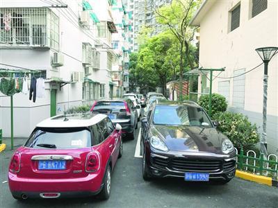 小区停车位紧张,私家车一辆贴着一辆地停放。 /晨报记者 胡迎
