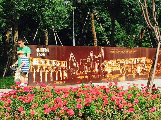 一对父子从北票码头纪念牌前走过 本文图片均为澎湃新闻记者 邹娟 图