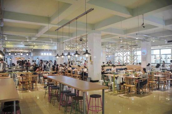 整个食堂的装修风格清新明快。 上海外国语大学官方微信 图