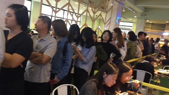 新食堂窗口前排起长队。澎湃新闻见习记者 刘瑞 图