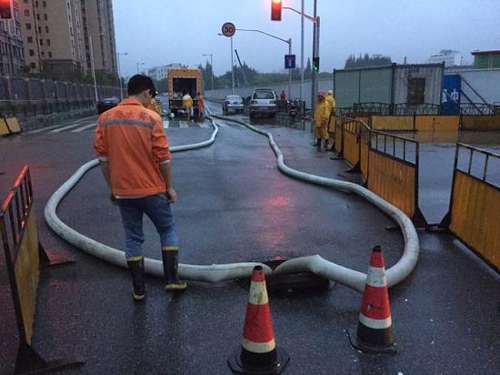 图说:清晨,排水志愿者突击队开展排抢工作。来源/市防汛指挥部提供(下同)