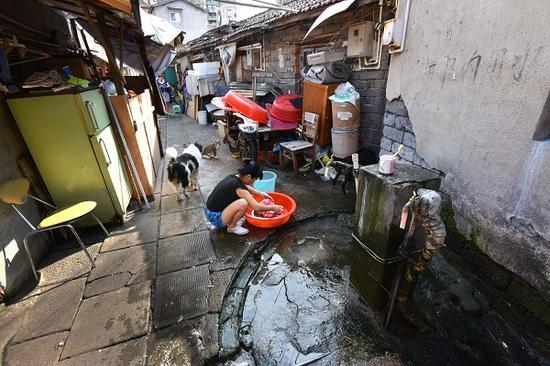 图说:二级旧里居民的日常生活。陈泰明 摄